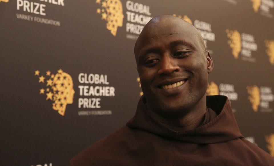 Ο δάσκαλος από την Κένυα που διδάσκει μικρούς και μεγάλους με τις πράξεις του!